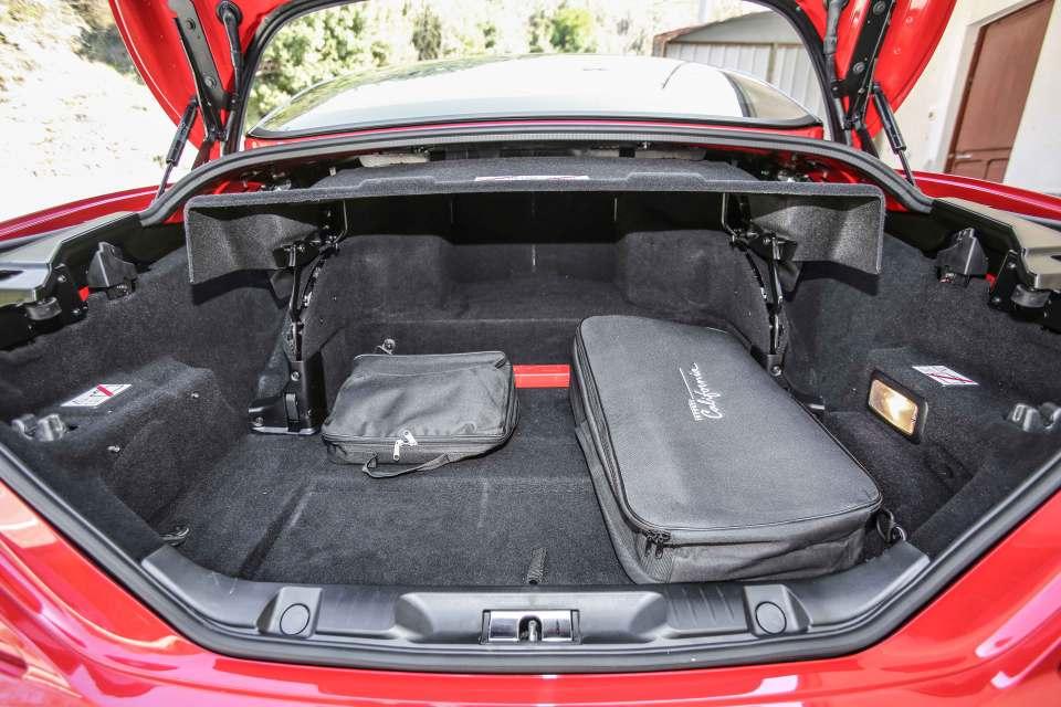 Der Innenraum ist so flexibel nutzbar, dass man den Kofferraum auch bei geöffnetem Verdeck dank der Öffnung zwischen dem Gepäckabteil und den Rücksitzen optimal nutzen kann.