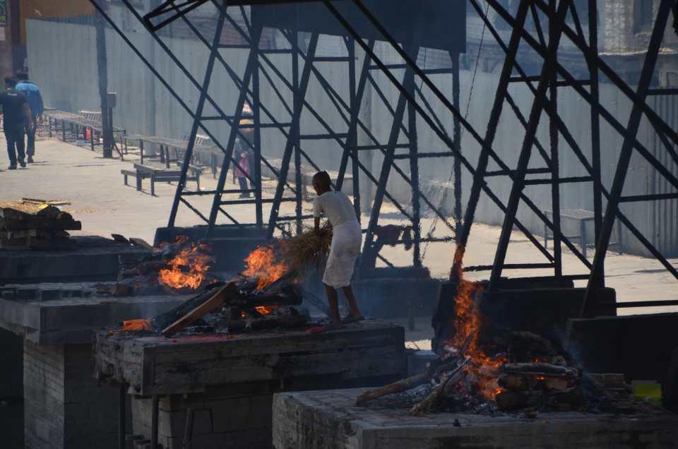 Open-Air-Krematorium: Im Hinduismus werden die Toten öffentlich verbrannt.