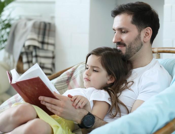 Criança lendo com o pai