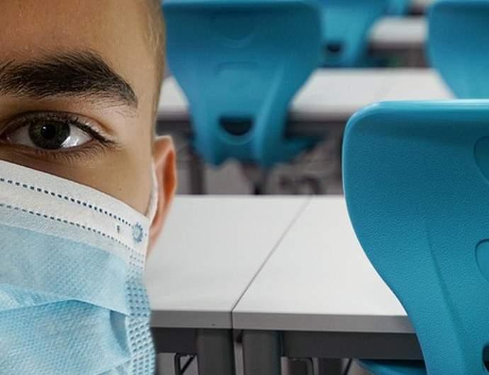 Estudante de máscara na escola