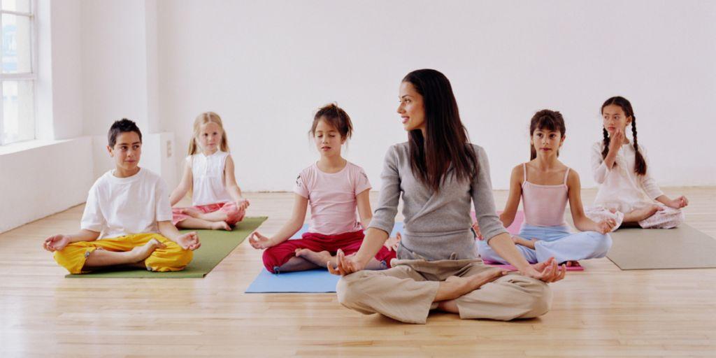 Los beneficios del yoga para ni os maternidadfacil - Clases de yoga en casa ...