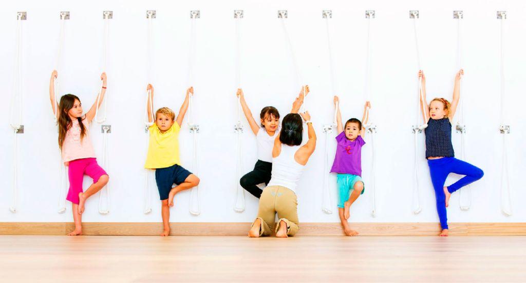 5483838fa Los expertos recomiendan que a partir de los 4 años de edad el niño puede  comenzar a practicar yoga. A esta edad ya son capaces de realizar y  controlar ...