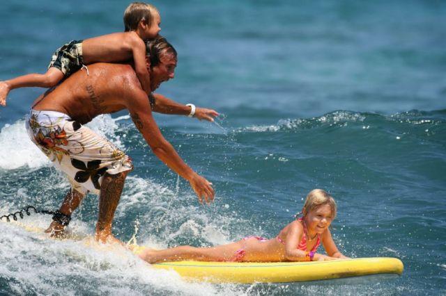 padre haciendo surf