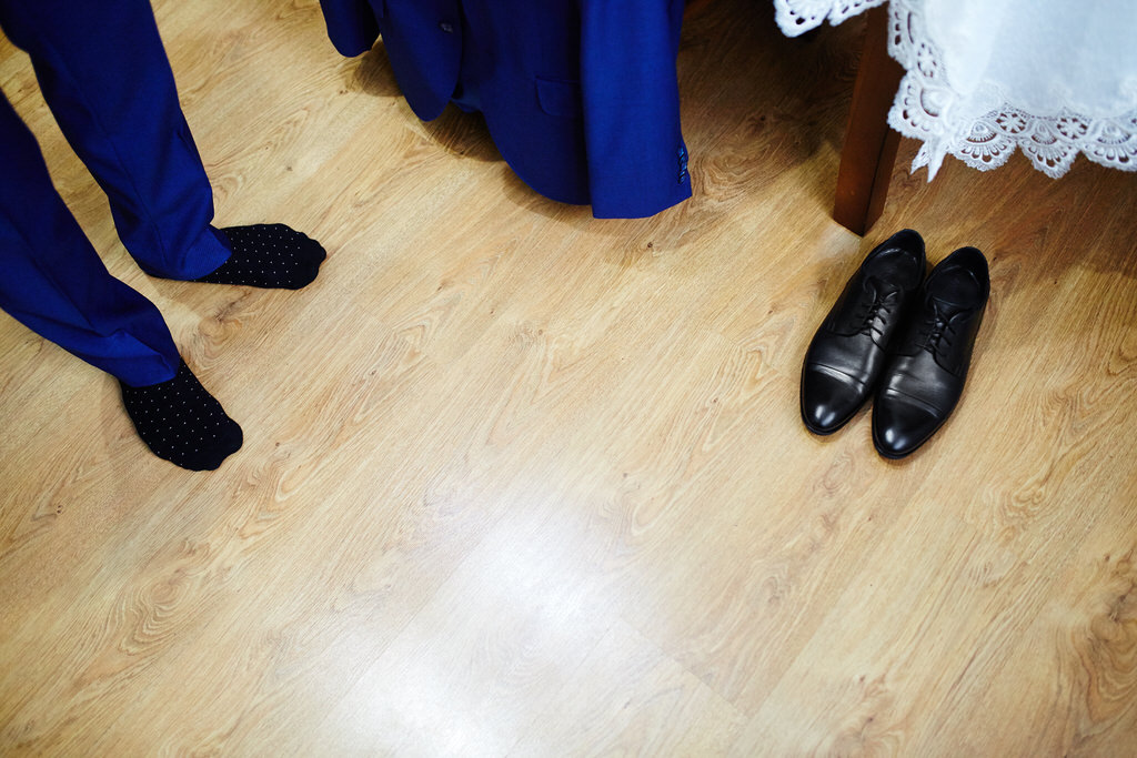 Czarne buty, niebieska marynarka na wesel