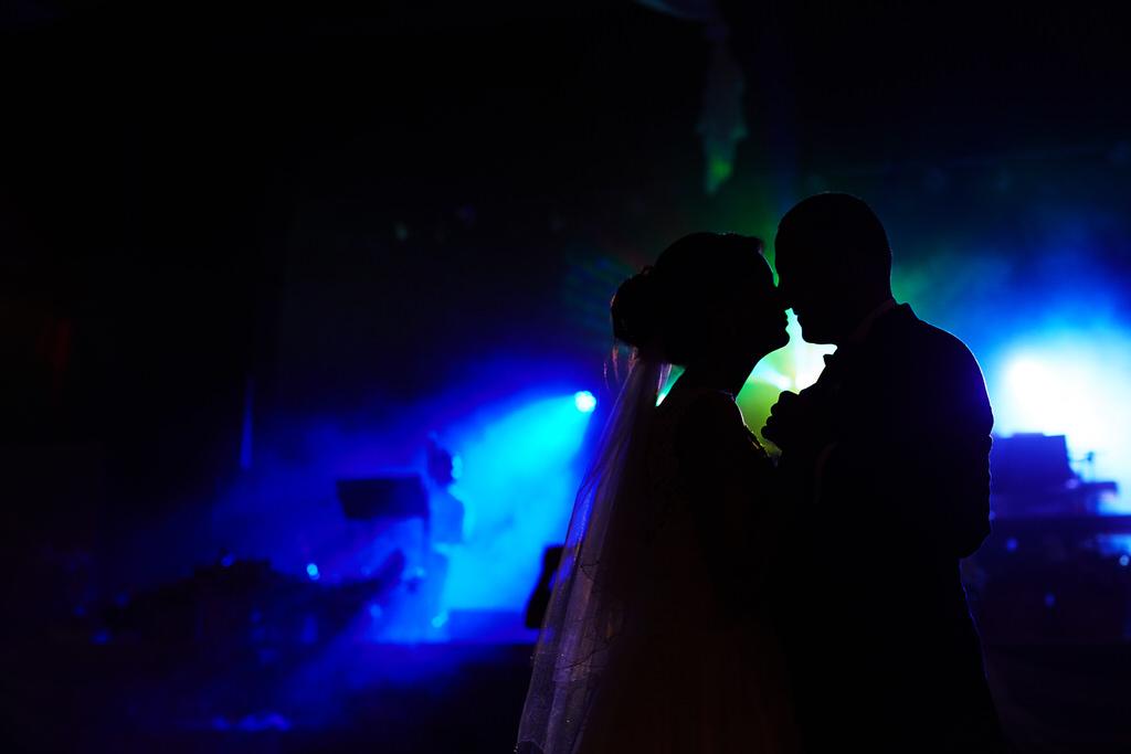 Piękne światło na weselu to podstawa fotografia Mateusz Przybyła. Mateusz Przybyła