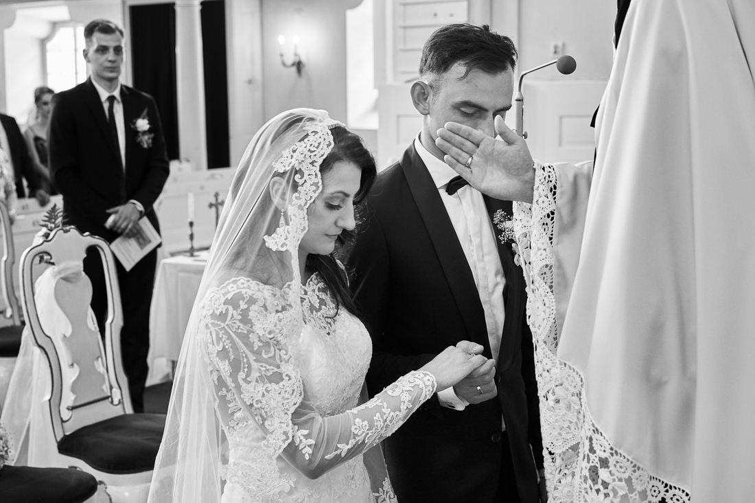 Młoda para na ślubie