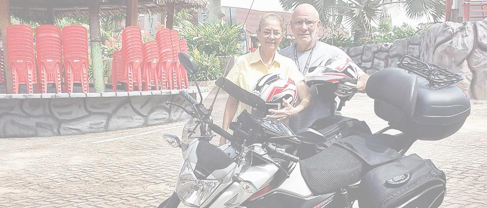 Casal de idosos viajará o mundo de moto