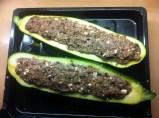 Gefüllte Zuchini mit Hackfleisch, Oliven und Feta gefüllt auf dem Blech