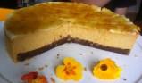 Kürbis-Käsetorte mit Orangen-Rahmcrème angeschnitten auf dem Tisch