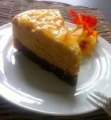 Kürbis-Käsetorte mit Orangen-Rahmcrème auf dem Teller2