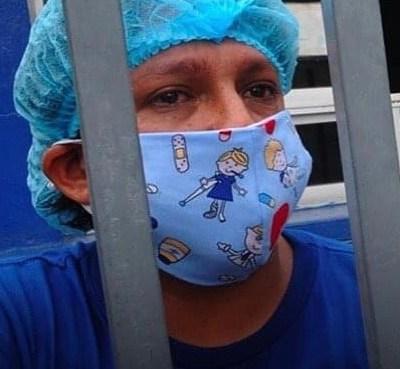 HOMBRE BUSCA EL CUERPO DE SU PADRE EN GUAYAQUIL