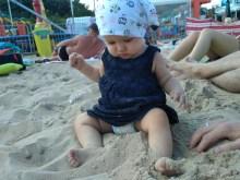 niemowle bawi sie w piasku plaza gdansk