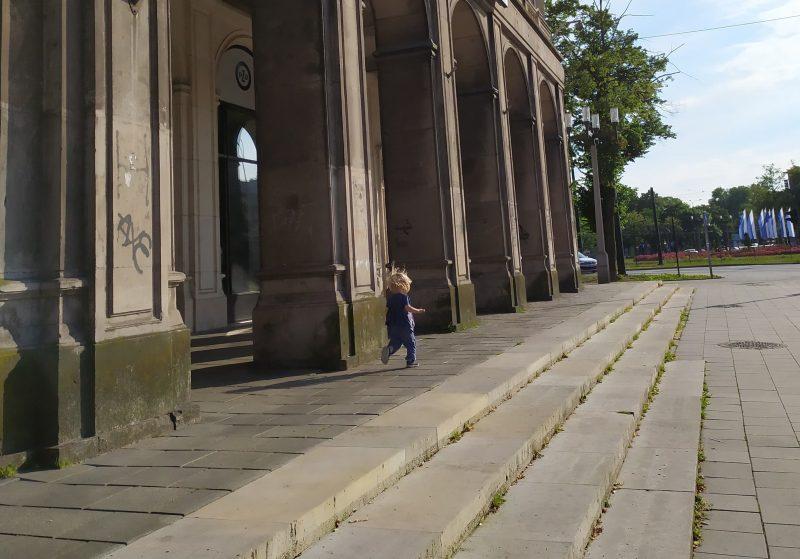 dziewczynka biegnie na placu centralnym w nowej chucie