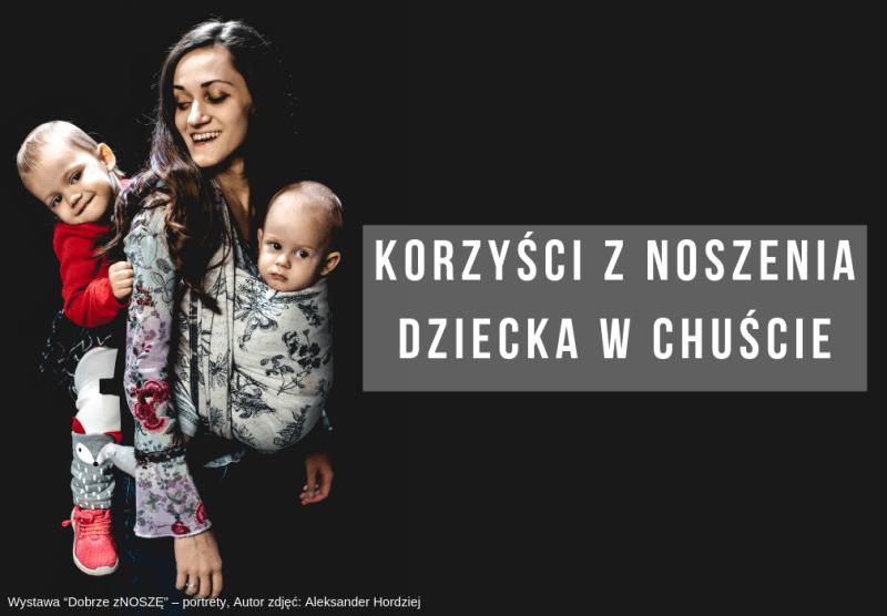 kobieta nosi dziecko w chuście oraz w nosidle, tandem, jedno z przodu w chuście, drugie z tyłu w nosidle
