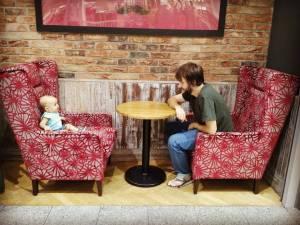 dziecko siedzi z tatą przy stole