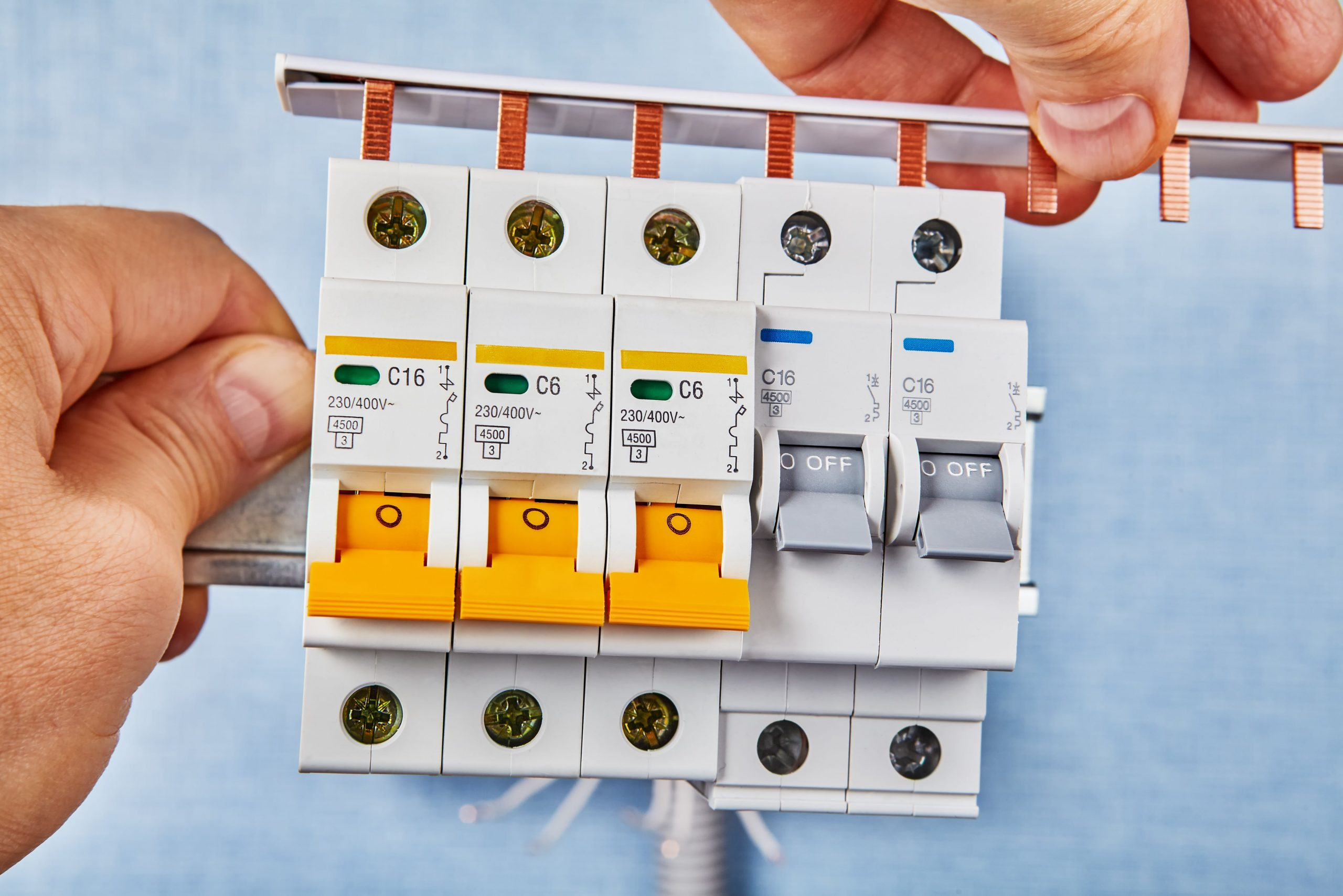 Installation of automatic fuses on a DIN rail.