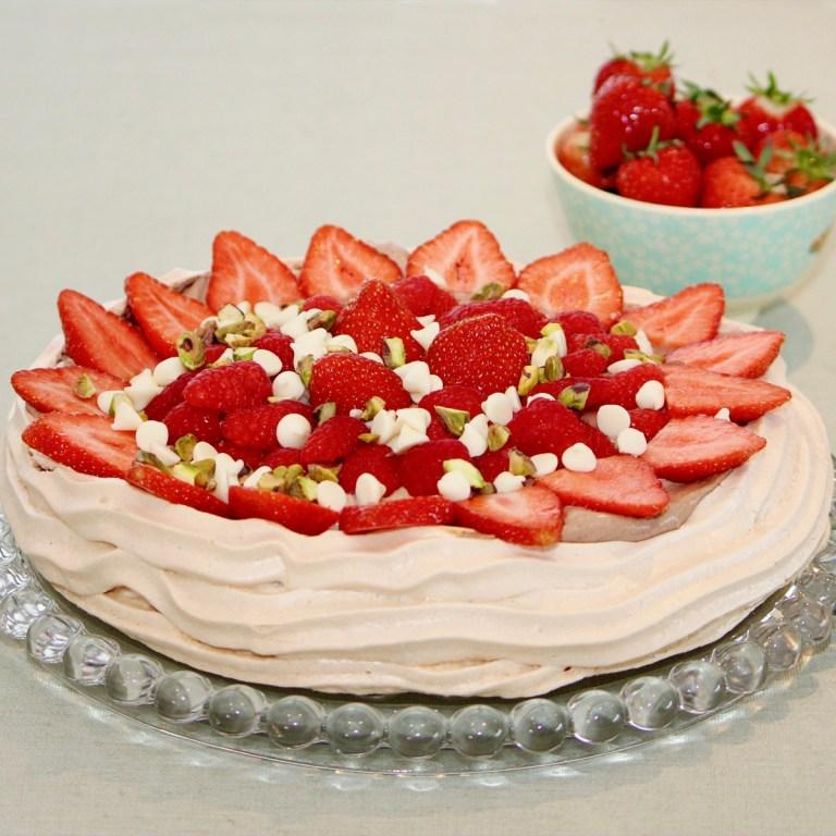 Pavlova med sjokoladekrem og bær