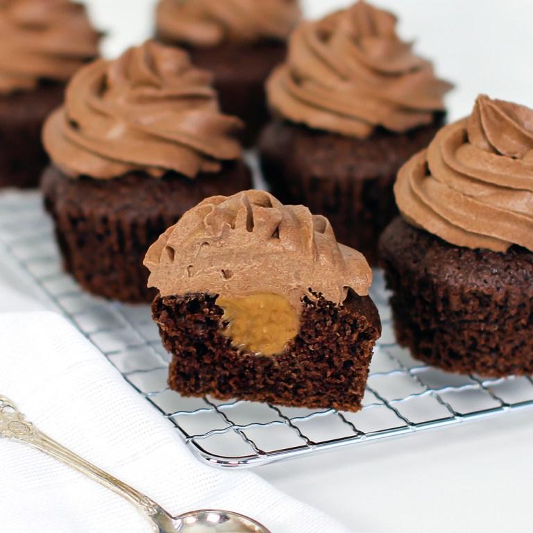sjokolademuffins med karamellfyll og sjokoladekrem
