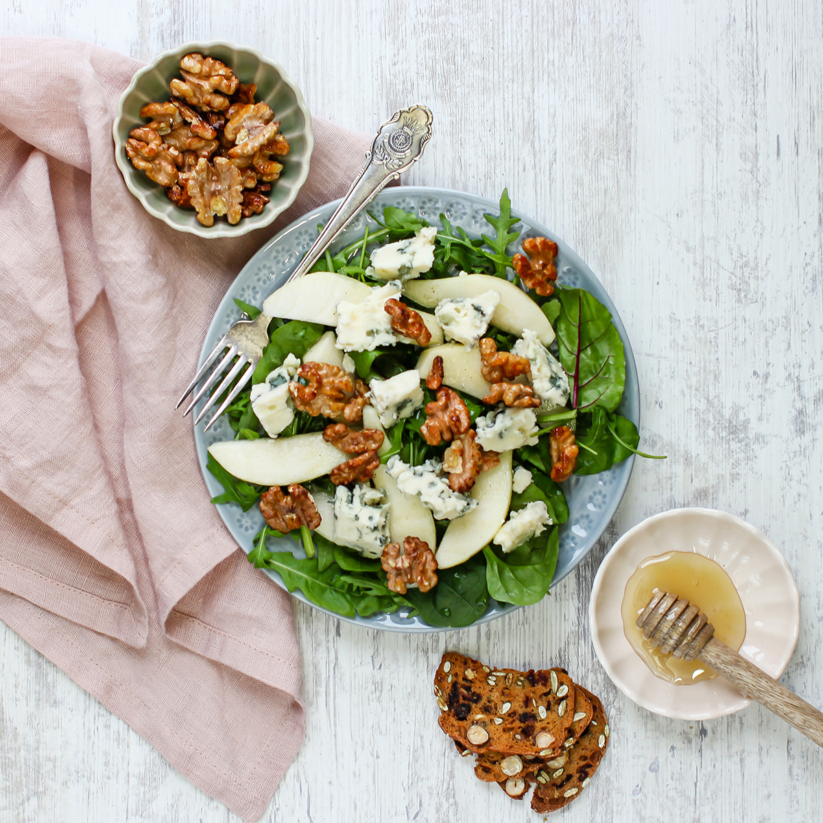 salat med blåmuggost, pære og valnøtter