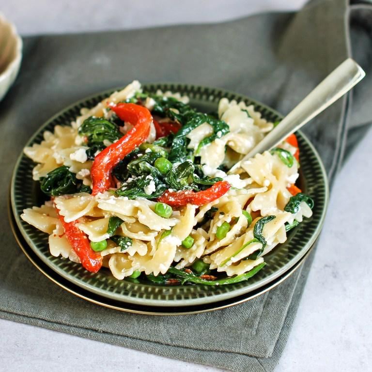 Pastasalat med spinat og fetaost