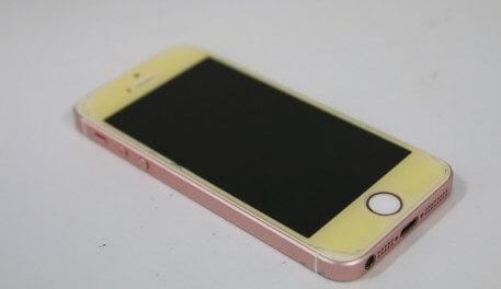 iPhoneをひたすらピカピカに磨いてみると・・・鏡になりました