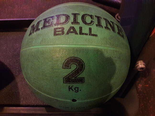 Я обычно использую 2 кг мяч, он в диаметре 20 см как на фото