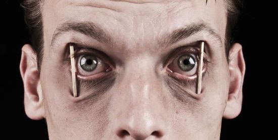 Alvásmegvonás szemkipeckelés