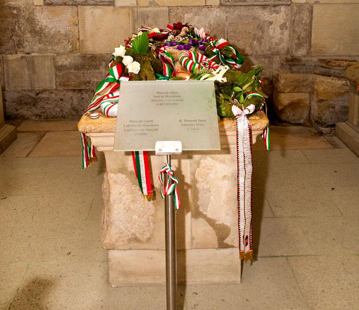 Mormântul lui Iancu de Hunedoara este în permanenţă acoperit cu coroane, purtând culorile drapelului Ungariei