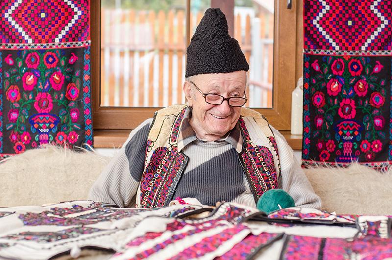 Cojocarul Dumitru Sofonea din Drăguș și-a dedicat peste 70 de ani din viață cojocăritului