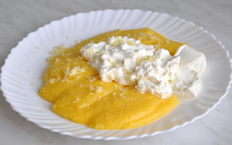 """Numiţi """"mămăligari"""" de vecini, românii sunt renumiţi pentru produsul lor neaoş, simplu şi gustos: mămăligă cu brânză și smântână"""