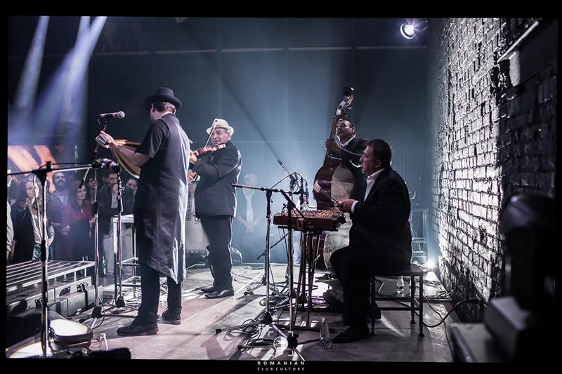 Bogdan Simion cântând împreună cu taraful de lăutari din Naipu (judeţul Giurgiu)