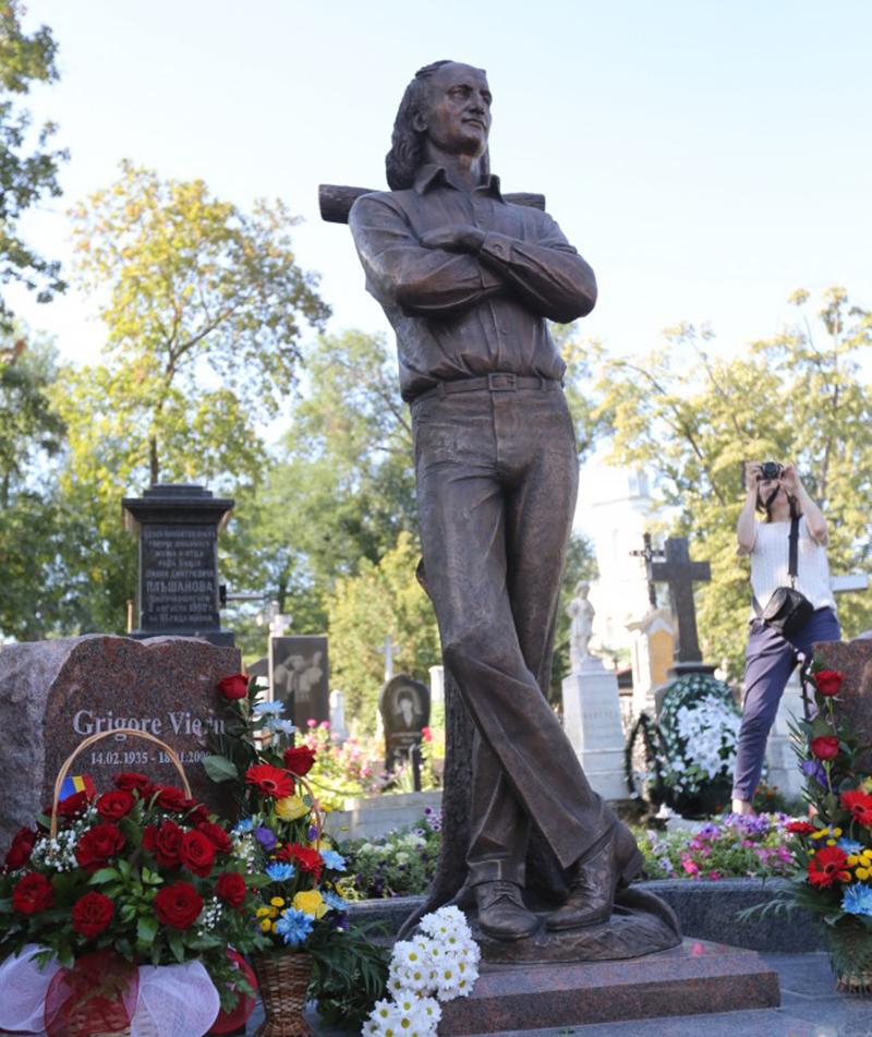 Statuia marelui poet român Grigore Vieru, veghind locul de veci al acestuia, din Cimitirul Armenesc din Chișinău