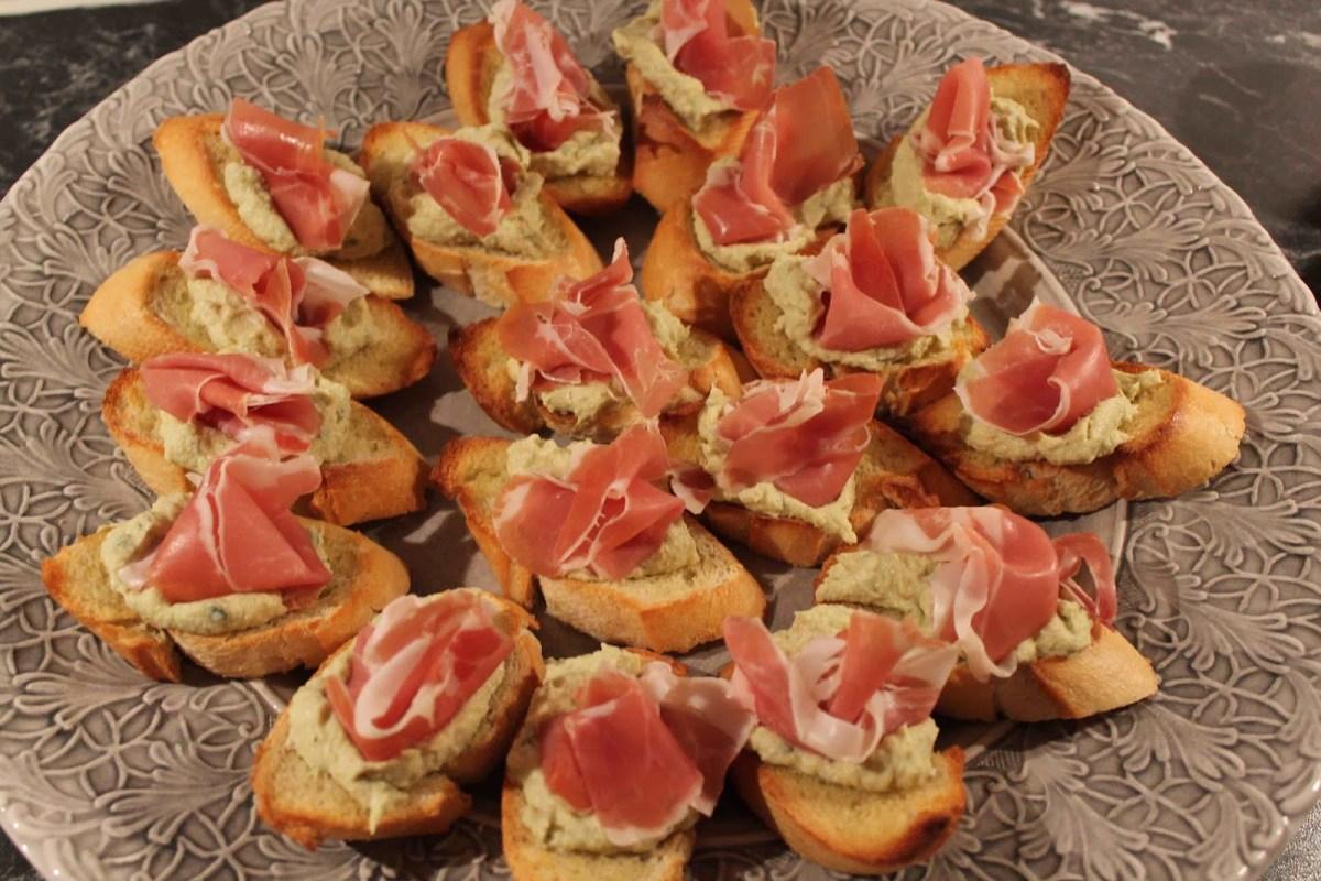 Bruschetta med kronärtskockskräm och lufttorkad skinka