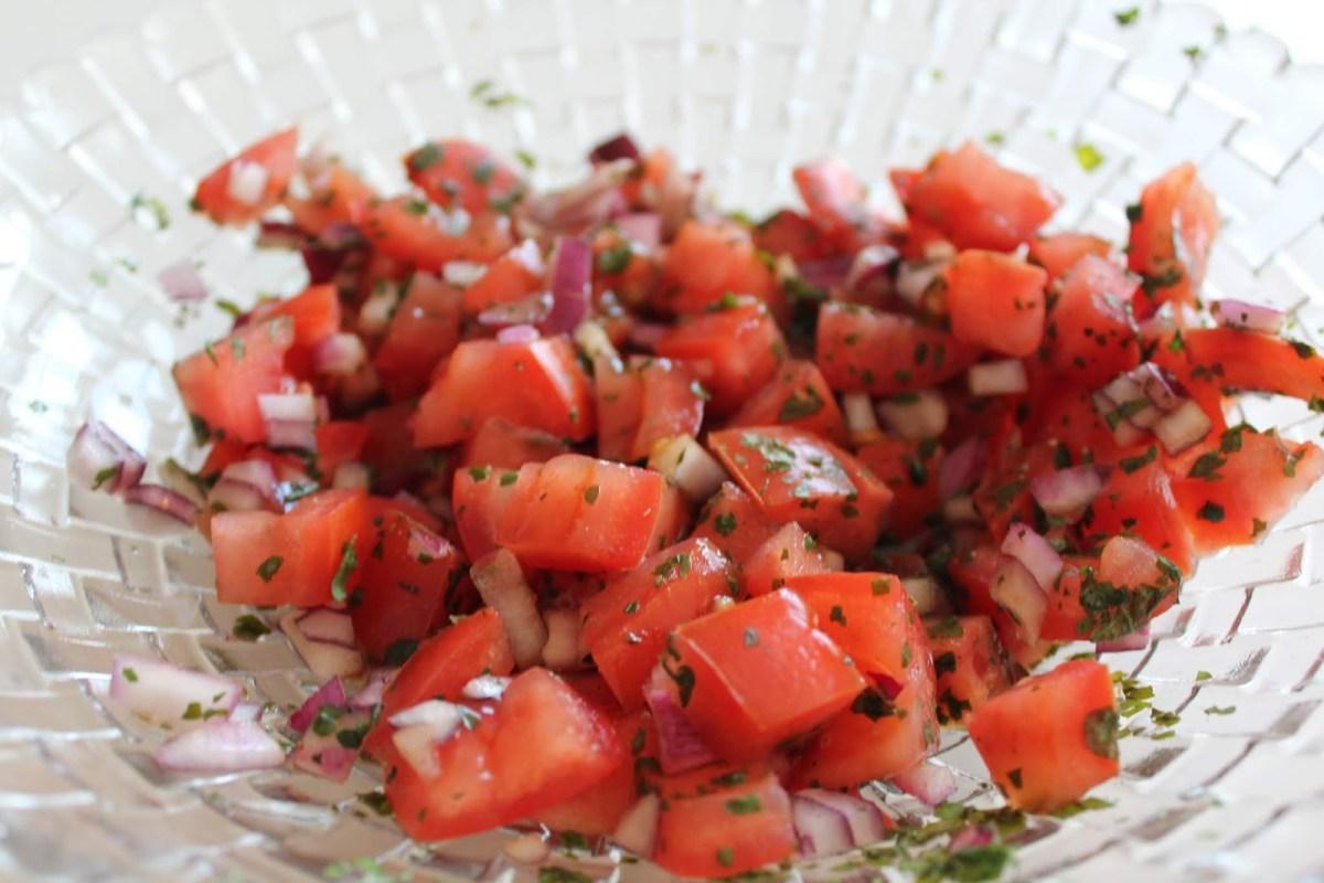 Tomat- o löksallad med persilja o balsamvinäger