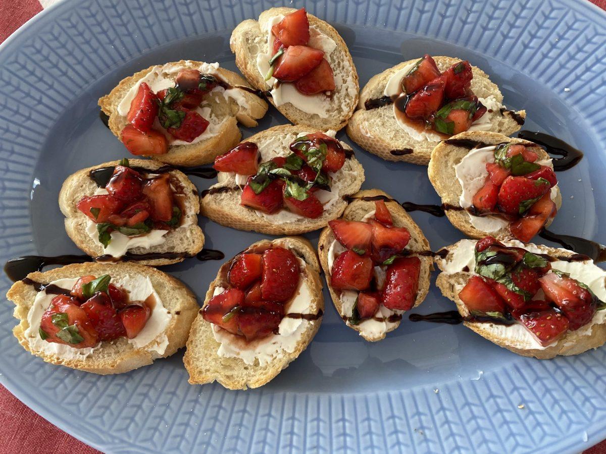 Crostini med balsamicomarinerade jordgubbar