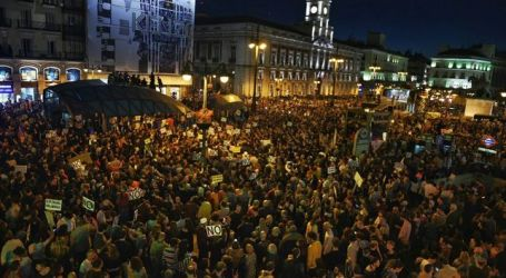 """Miles de personas se manifiestan contra la investidura """"ilegítima"""" de Rajoy"""