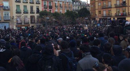 """Multitudinaria manifestación en Lavapiés """"contra el racismo institucional"""" tras la muerte de un mantero"""