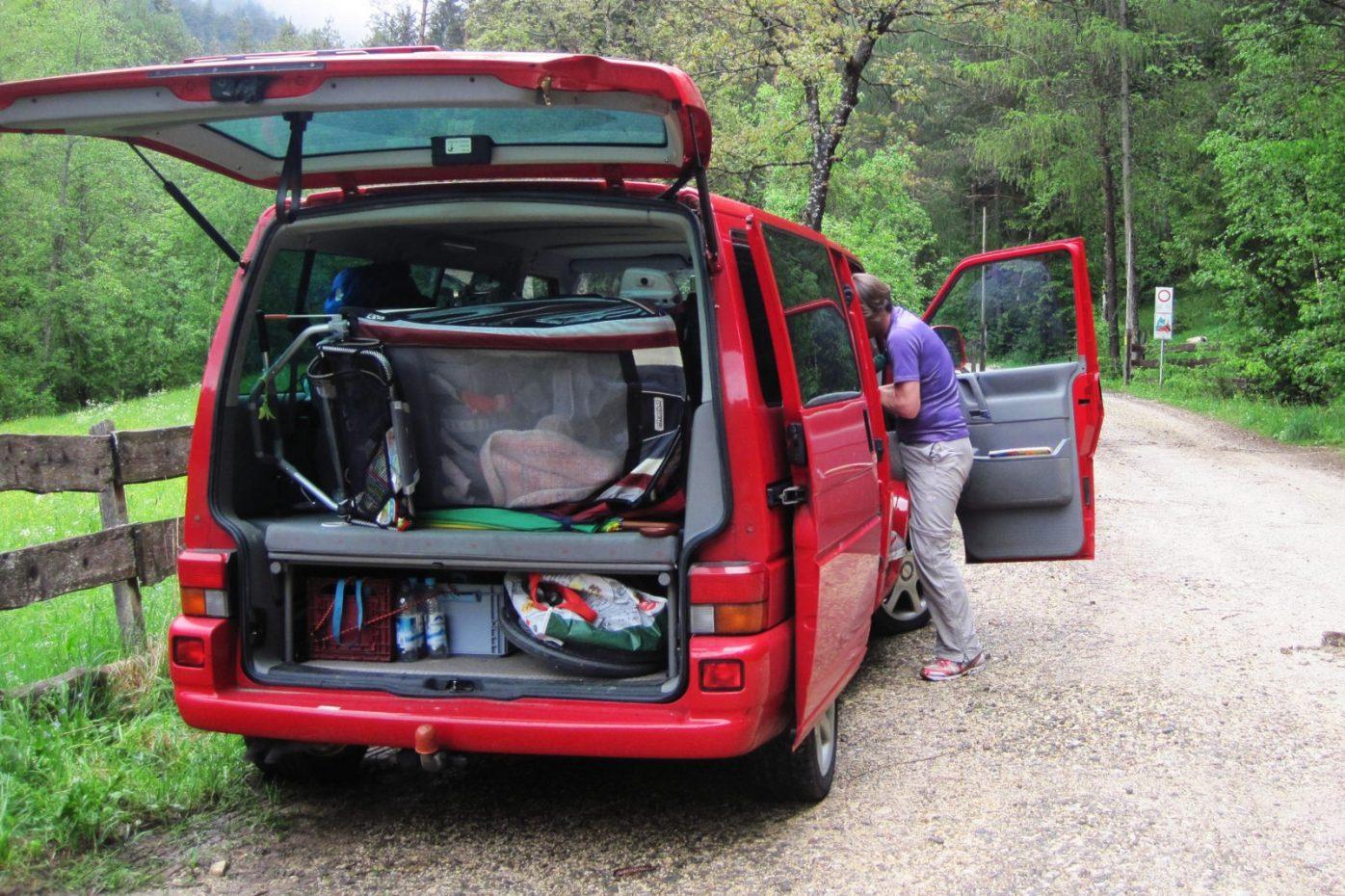 Chariot CX2 passt leicht in den Kofferraum des VW T4 Multivan