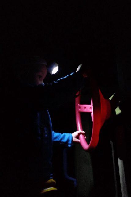 Mit Stirnlampen auf dem Spielplatz - ein wichtiges Ziel nach einer langen Anfahrt
