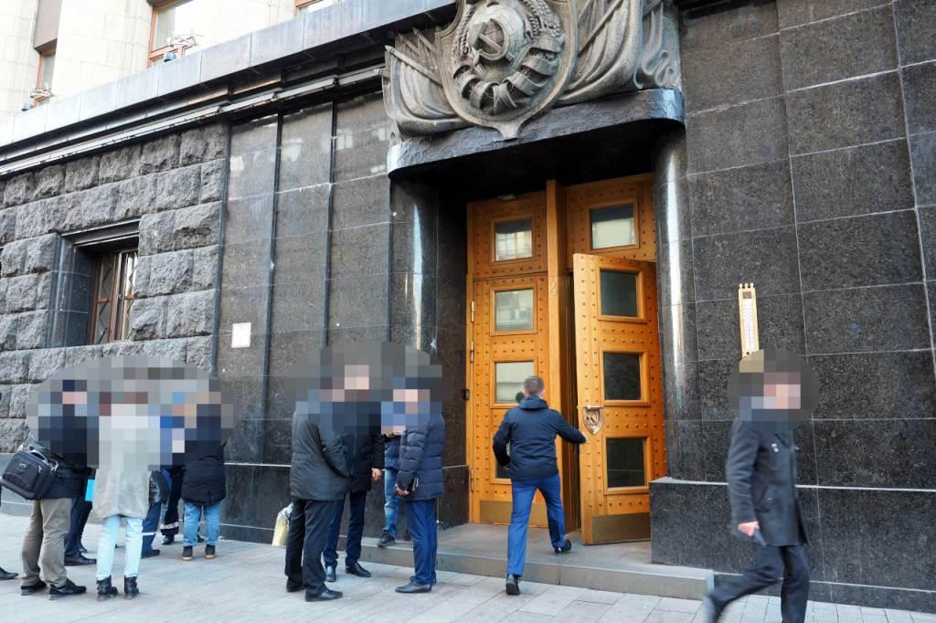 銃撃事件から一夜明けたロシア連邦保安局(FSB)正面入り口の現場。大理石の外壁に刻まれた弾痕が生々しい、モスクワ、2019.12.20. © Matsuda Masahiro