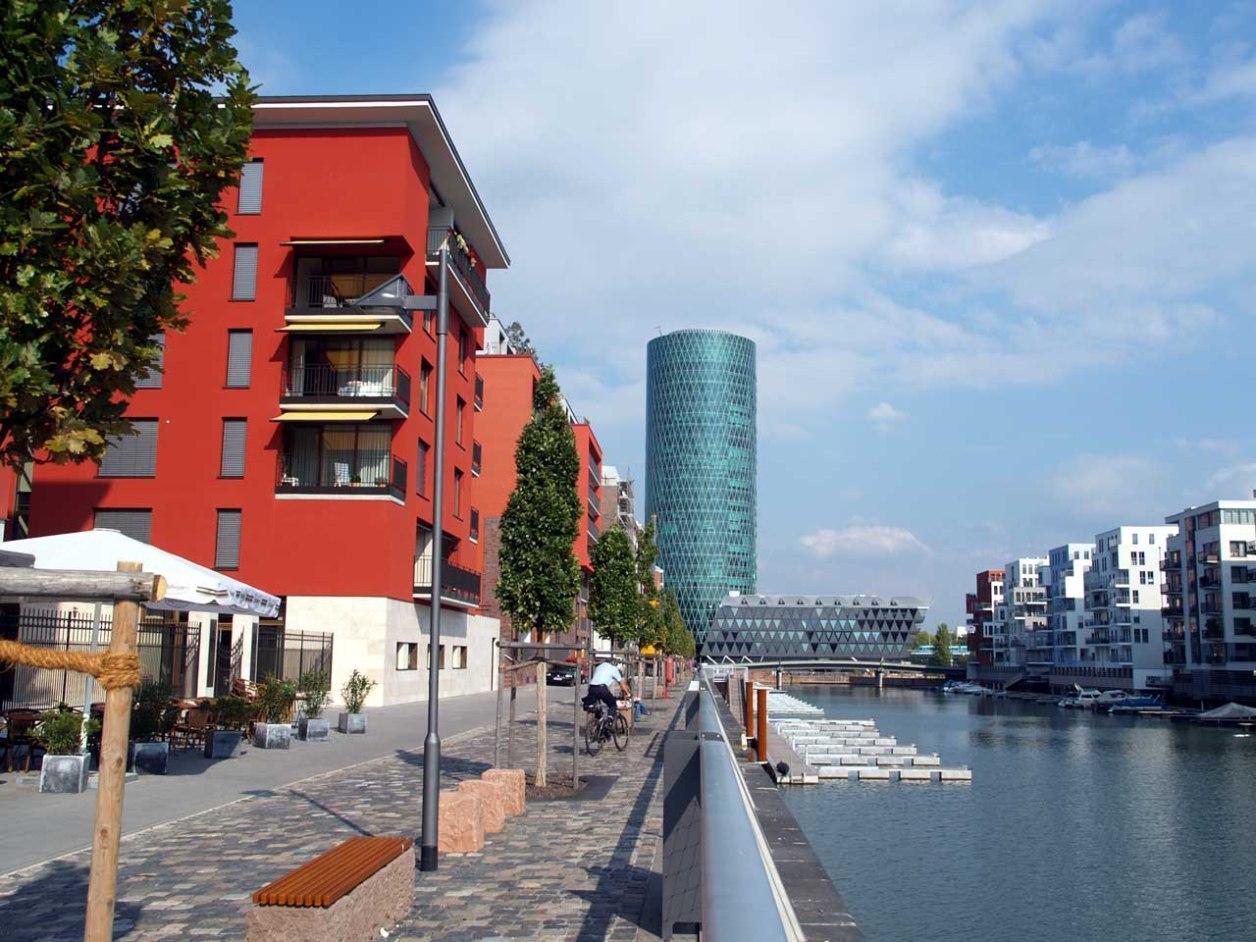 フランクフルトの最高級住宅地。中央駅から徒歩10分、ライン川に面した再開発地域にある。各住宅がボート用の桟橋を備えている © Matsuda Masahiro