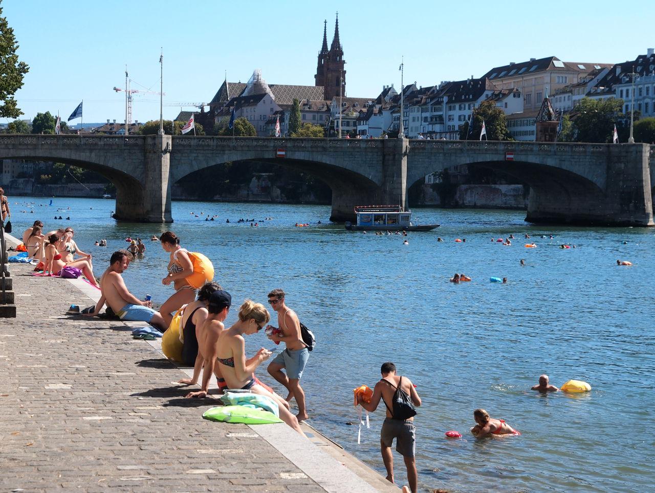 ライン川での遊泳。天気がよければ大勢の市民がつめかける人気アトラクション。中央橋の向こうに大聖堂が見える 。バーゼル © Matsuda Masahiro