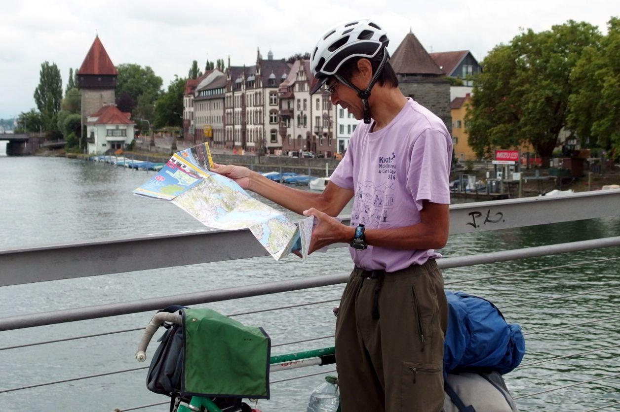 藤本氏。コンスタンツに架かる歩行者と自転車の専用橋にて © Matsuda Masahiro