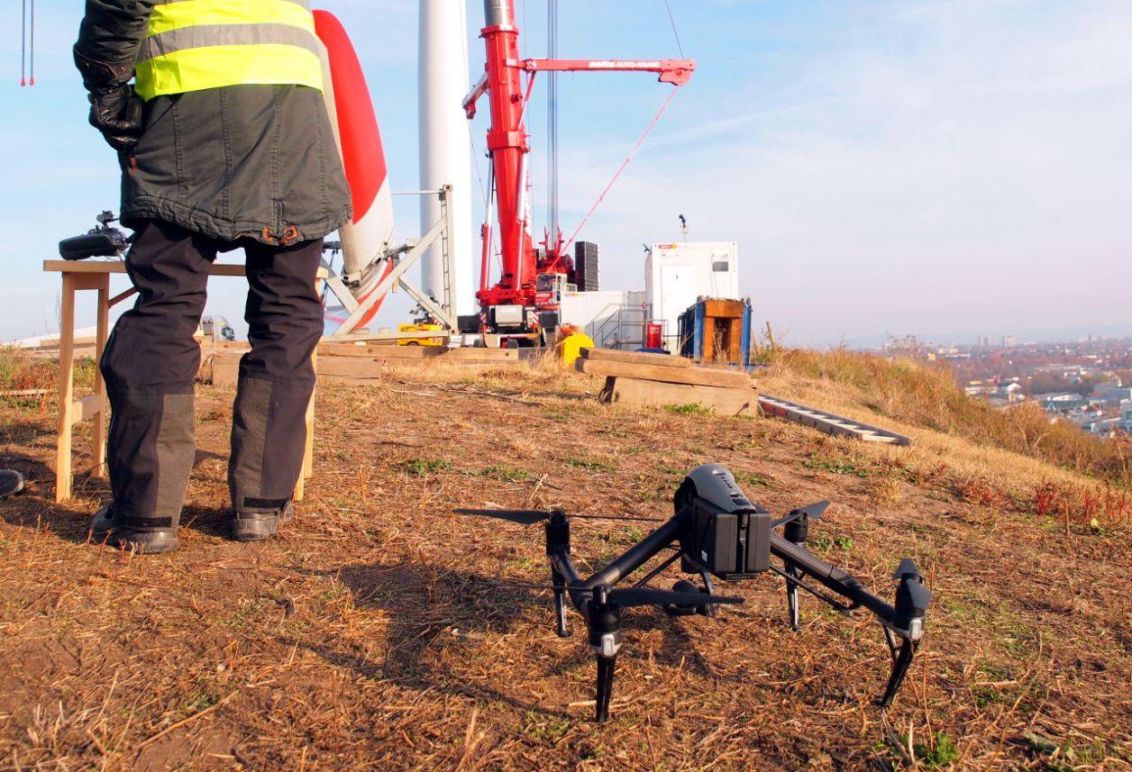 操縦者とドローン。この日は事業主であるシュタットベルケの依頼で作業の様子を空撮していた。ALTUS社は2018年5月からドローンを本格運用している © Matsuda Masahiro