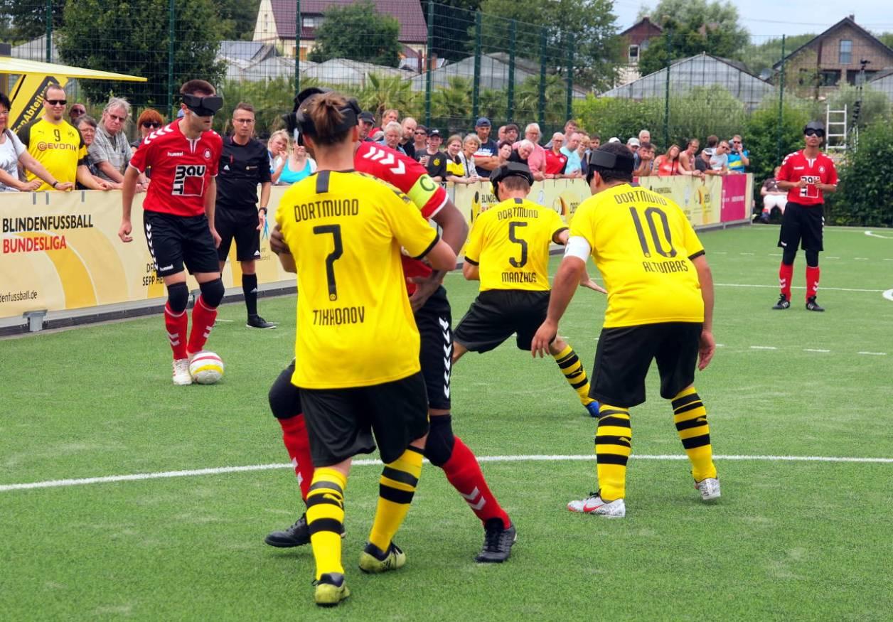ブンデスリーガ第3戦(写真1も同じ)。MTV対BVB、ゴール前の攻防  © Matsuda Masahiro