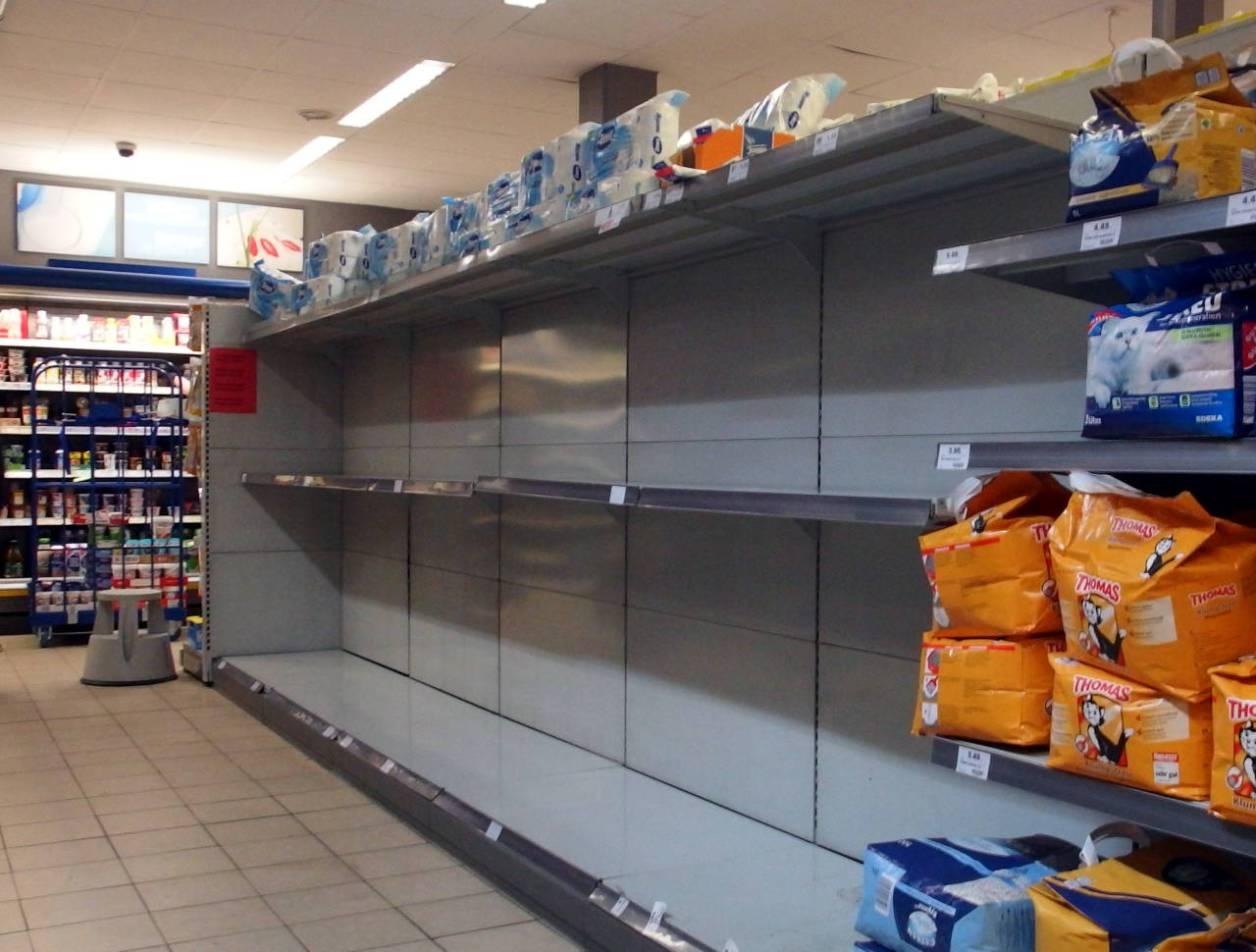 スーパーのトイレットペーパーコーナー。一番上の棚に20パックほど残っています(3月24日撮影)