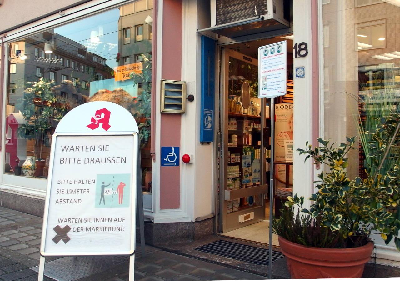 ドイツの薬局。感染予防に関する注意書きが置かれている © Matsuda Masahiro