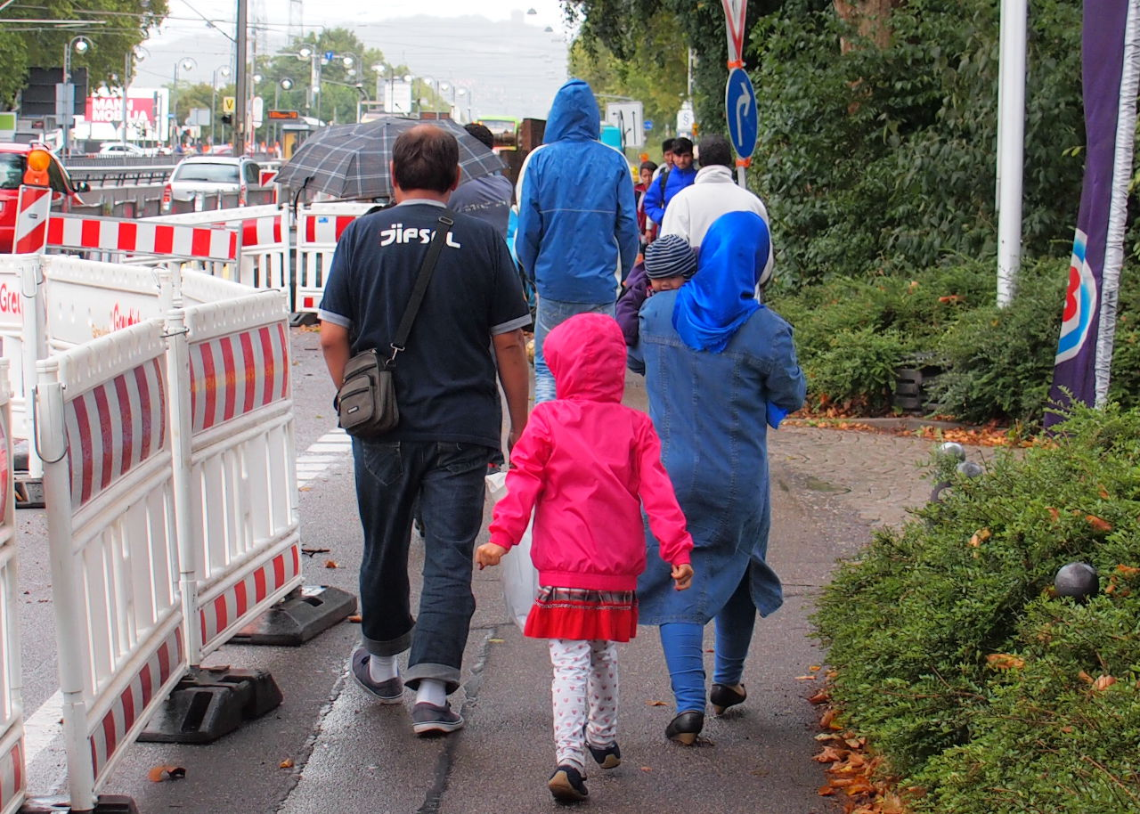 収容施設の周りを散歩する難民の家族。はしゃぎながら歩く子供たちの明るい姿に心が救われる、カールスルーエ、2015.09. © Matsuda Masahiro