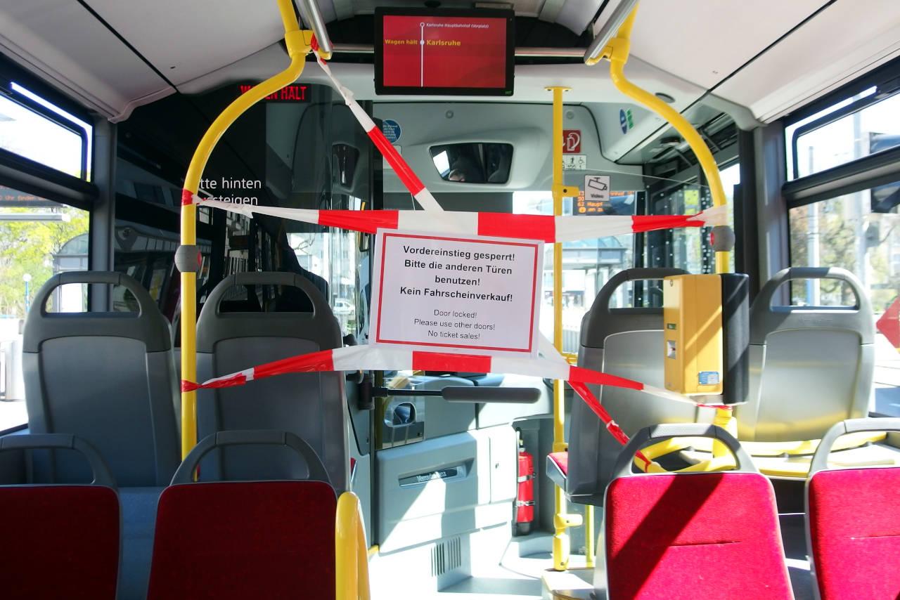 路線バスの運転席。運転手のコロナ感染を防ぐため、前部乗降口は使用不可。カールスルーエにて © Matsuda Masahiro