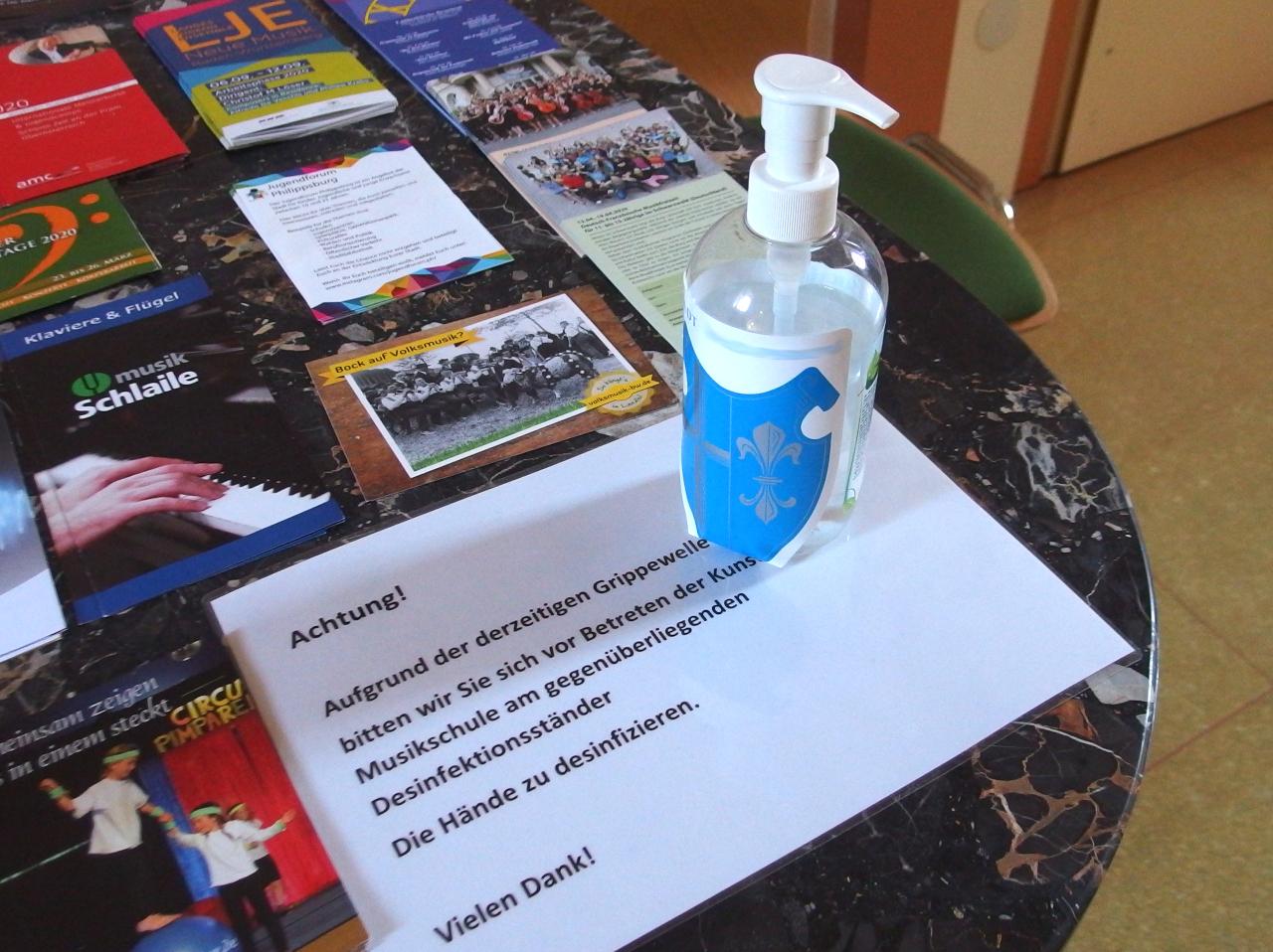 学校の廊下に置かれた消毒液のボトル © Matsuda Masahiro